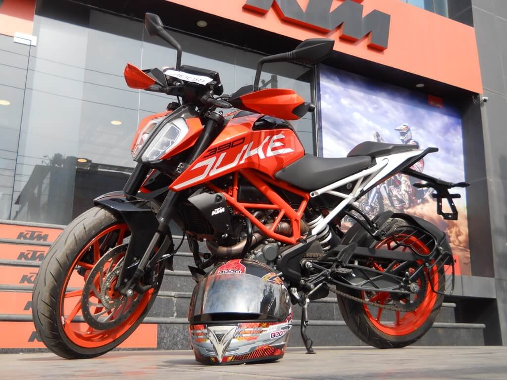 ktm duke 390 review experience the 100kmh under 6 sec. Black Bedroom Furniture Sets. Home Design Ideas